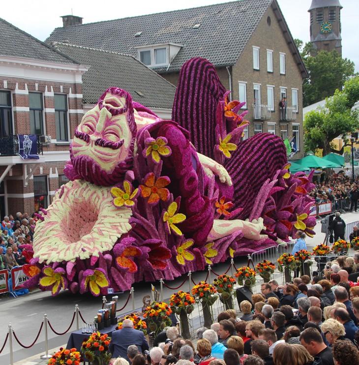 Carro alegórico adornado con flores con la forma de una escultura de Vincent Van Gogh