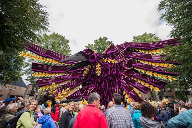 Figura de un pájaro hecho con flores para el desfile de Holanda