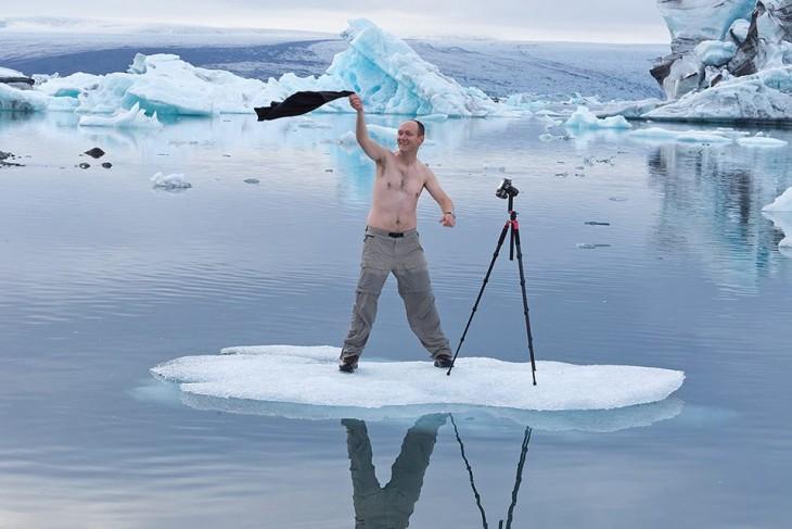 Un fotógrafo sin camisa en medio del Ártico