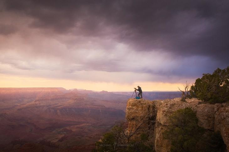 Hombre tomando una fotografía desde una montaña