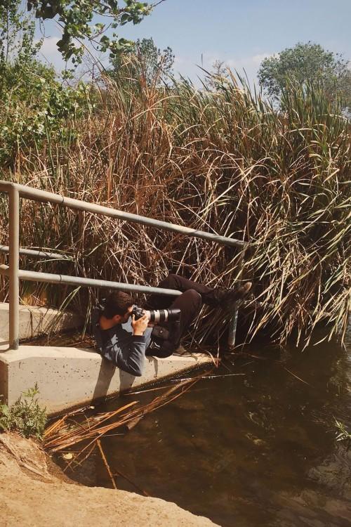 Chico tomando una fotografía sobre un pequeño puente