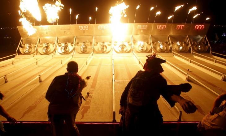 Juego de llamas dentro del Festival Burning Man