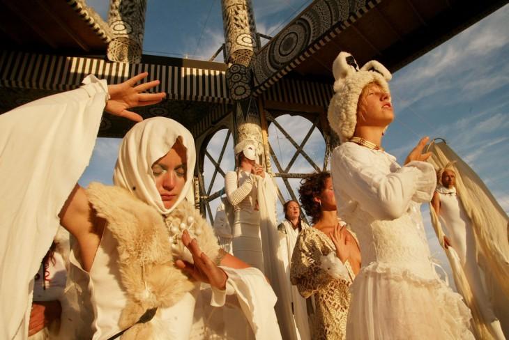 Ritual matutino a cargo de unas participantes del Festival Burning Man