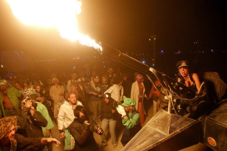 Mujer lanzando fuego con un cañón durante el festival Burning Man