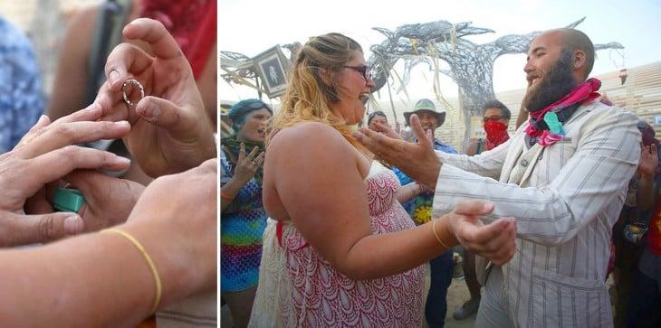 Una mujer y un hombre comprometiéndose durante el festival Burning Man