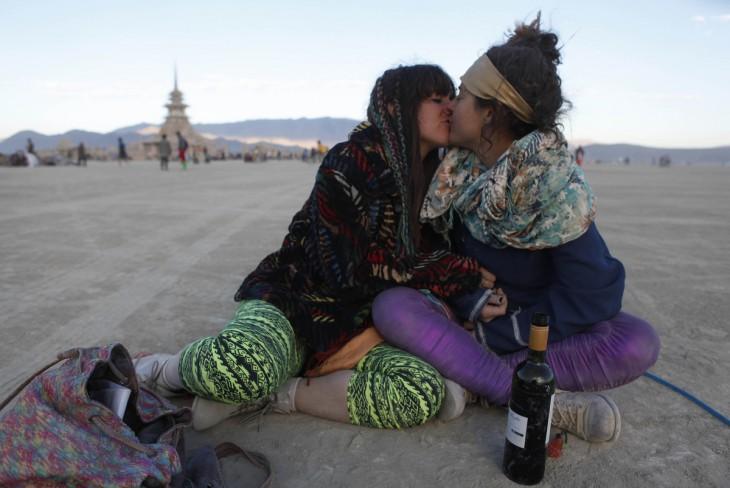 Dos mujeres besándose en el Festival Burning Man