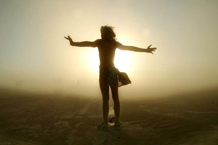 Una persona parada en medio del desierto Black Rock City, Nevada.