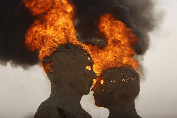 Estatua con la figura de dos cabezas quemándose al final del festival Burning Man