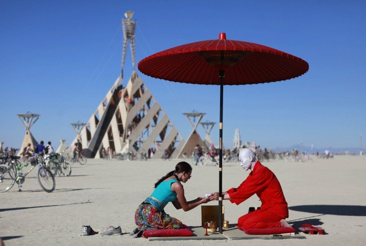 Personas compartiendo el té dentro de la semana del festival Burning Man