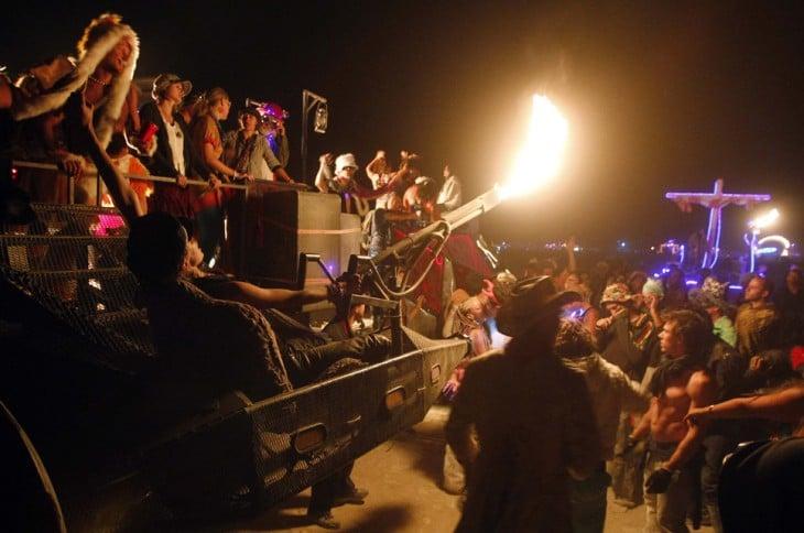 Personas bailando y lanzando fuego en el Burnign Man en Nevada