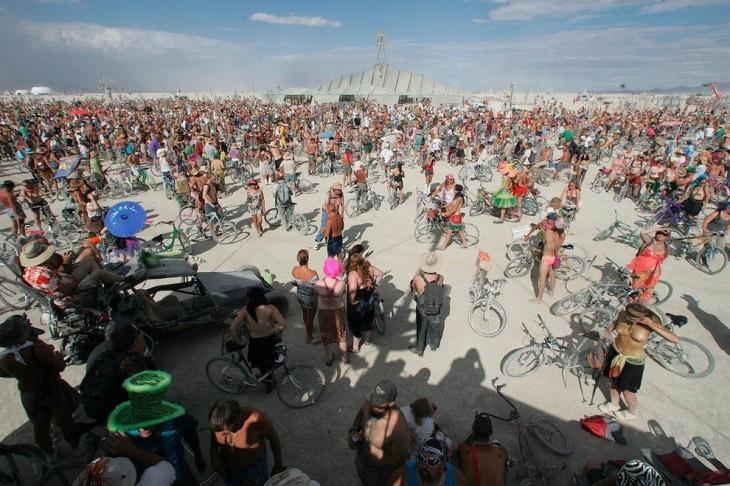 """Participantes a punto de comenzar el evento """"Tetas críticos"""" en el Burning Man 2007"""