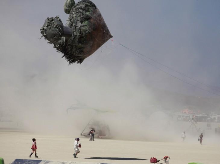 Gran papalote durante el festival del Burning Man en el desierto de Nevada