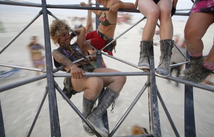 Personas dando vueltas y sostenidas de un juego durante el Burning Man