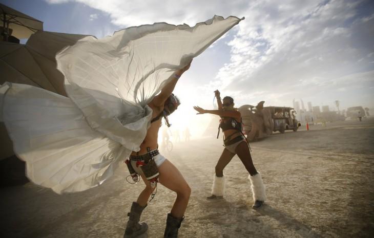 Dos personas bailando en uno de los días durante el Festival Burning Man