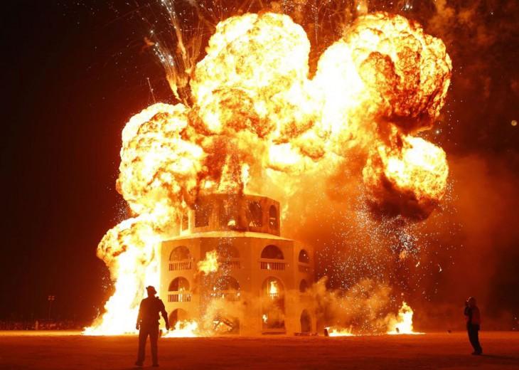 Personas frente a un edificio incendiado en el festival Burning Man