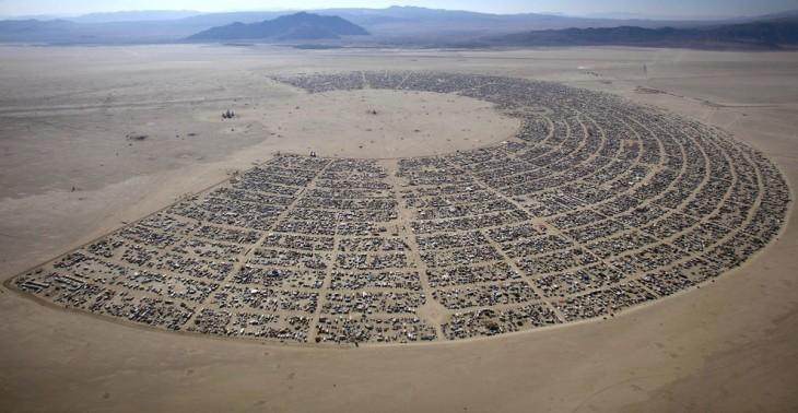 Fotografía de los asistentes al festival Burning Man en el desierto Black Rock City, Nevada.