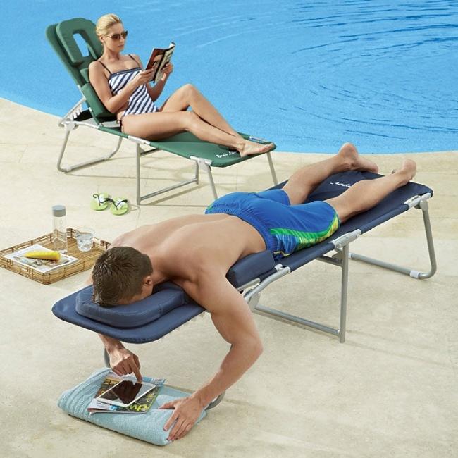 Personas cerca de una piscina en cama para asolearse y poder leer al mismo tiempo