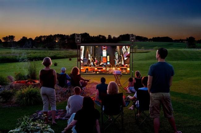 Personas frente a un centro de entretenimiento en el jardín