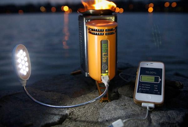 Estufa BioLite que sirve para cocinar con leña y cargar cualquier aparato eléctrico