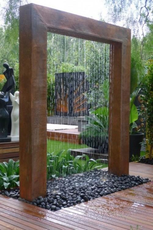 Fuente tropical en el patio de una casa de campo