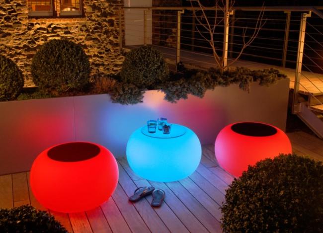 Sillones en forma de esferas con iluminación de colores