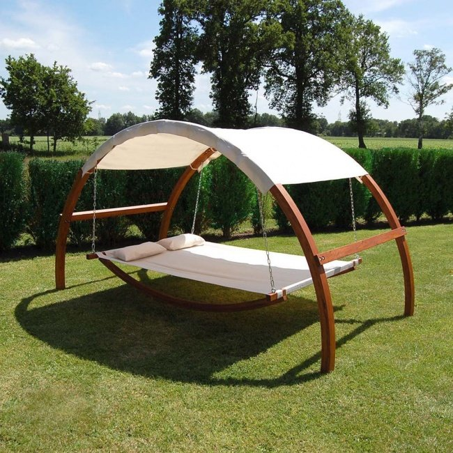 cama mecedora en un jardín