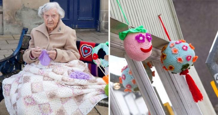 Anciana sentada en una banca y a un costado dos adornos en forma de pelota