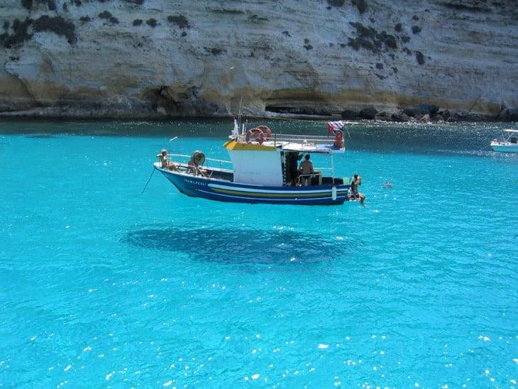 fotografía de un barco que parece estar flotando en el aire