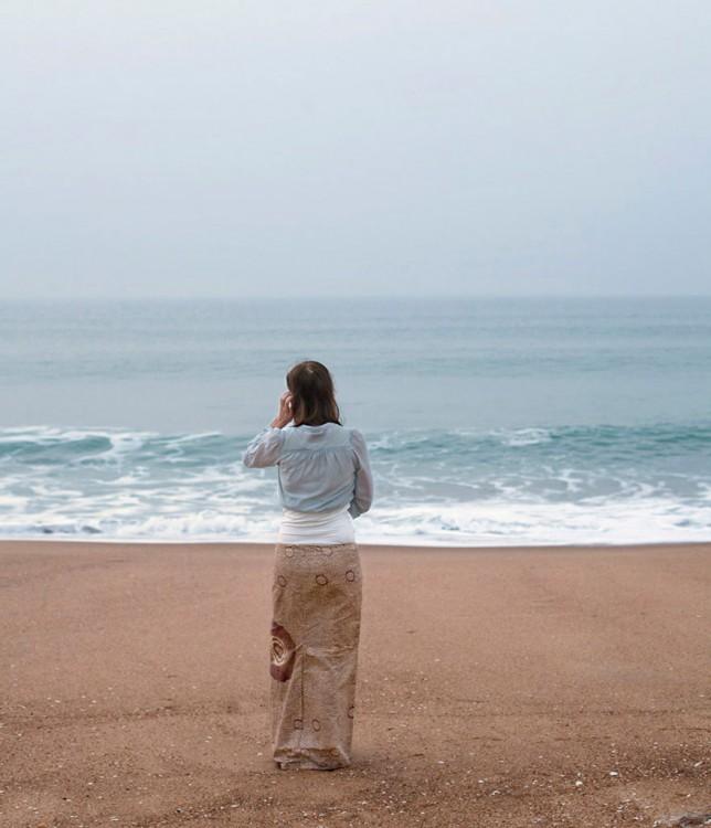 una chica frente a una playa