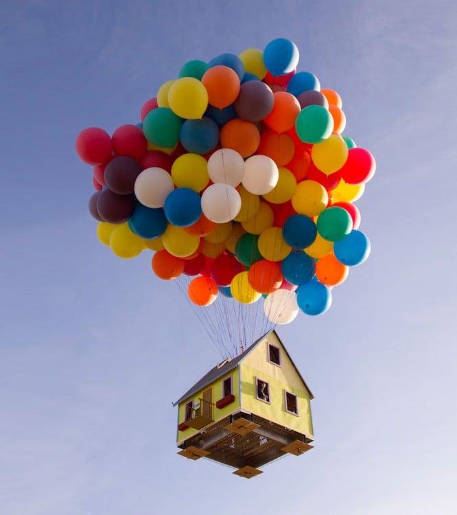 imagen de una casa volando a través de unos globos de colores