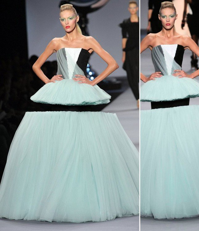 Fotografía de una modelo en una pasarela que parece tener su vestido divido en dos partes