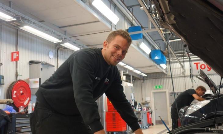 Fotografía de un chico mecánico trabajador en un taller Toyota