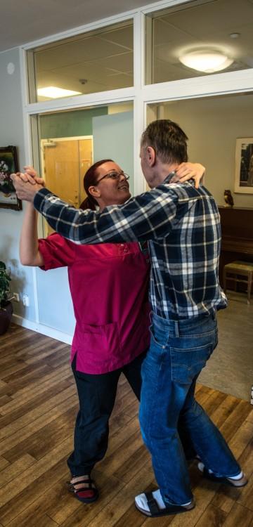 Una enfermera sueca bailando con uno de los pacientes en Svartedalens de Gotemburgo