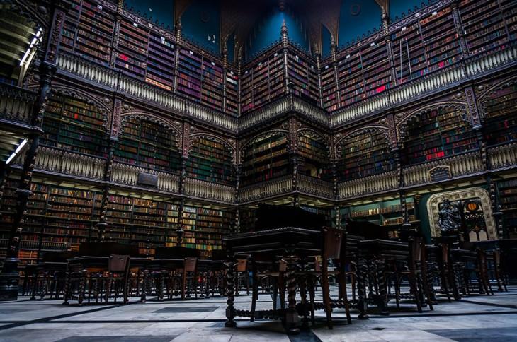 Estantes de libros en una de las salas de la Biblioteca Klementinum