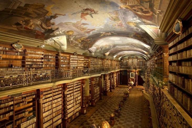 Interior de la biblioteca Klementinum, la más hermosa y majestuosa del mundo