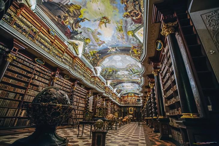 Interior y techos de la biblioteca Klementinum en República Checa