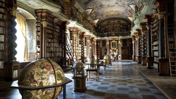 colección de globos geográficos en la Biblioteca Klementinum