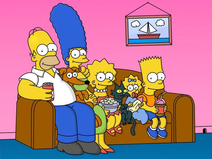 Los Simpson sentados en su sofá