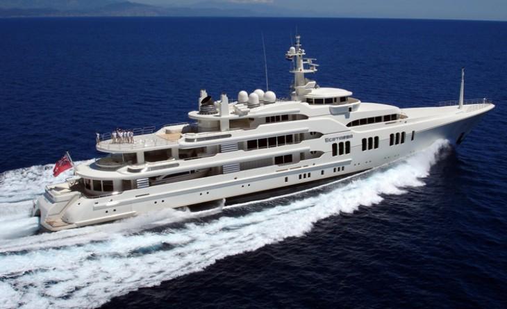 Yate Ecstasea navegando por el mar