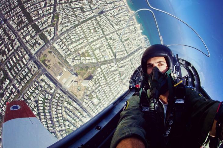 chico tomándose una selfie piloteando un avión