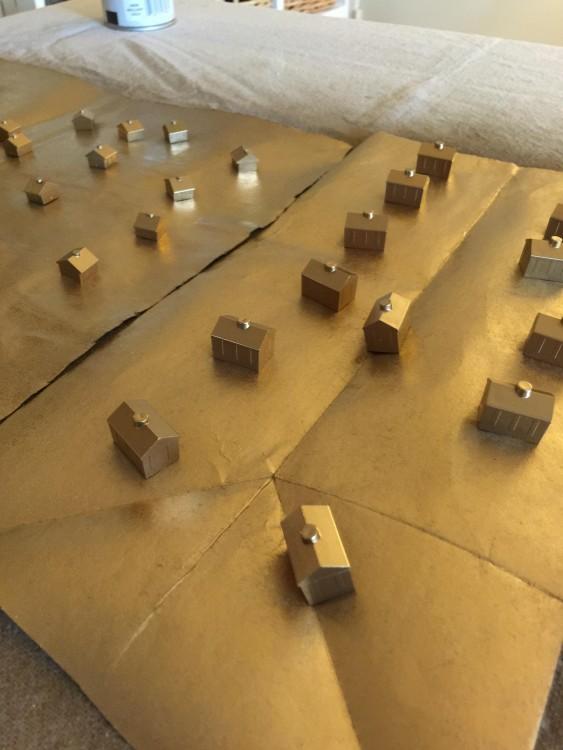 piezas del monopolly pintadas de dorado