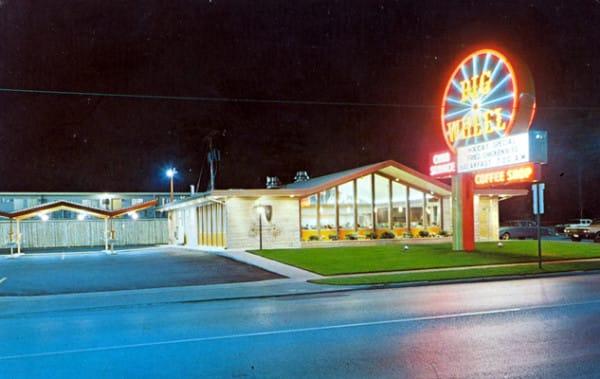 fotografía de un establecimiento en la noche llamado Big Wheel