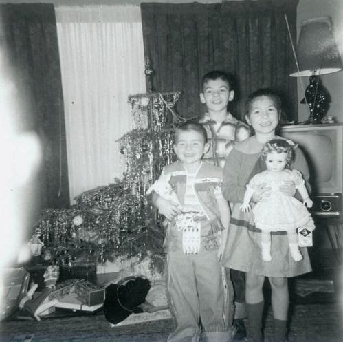 Fotografía de tres niños con sus juguetes en las manos