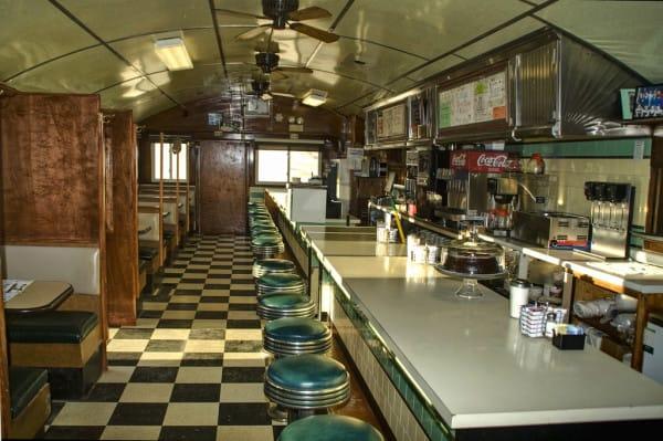 interior de un establecimiento donde venden bebidas y pasteles