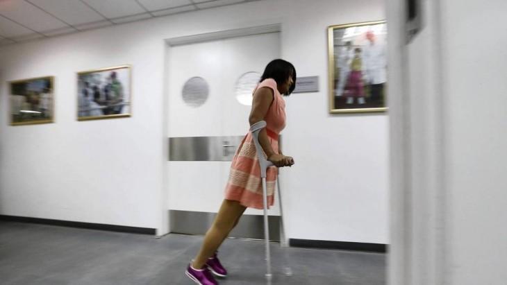 QIAN CAMINANDO HACIA LA PUERTA DE SALIDA DEL CENTRO DE REHABILITACIÓN