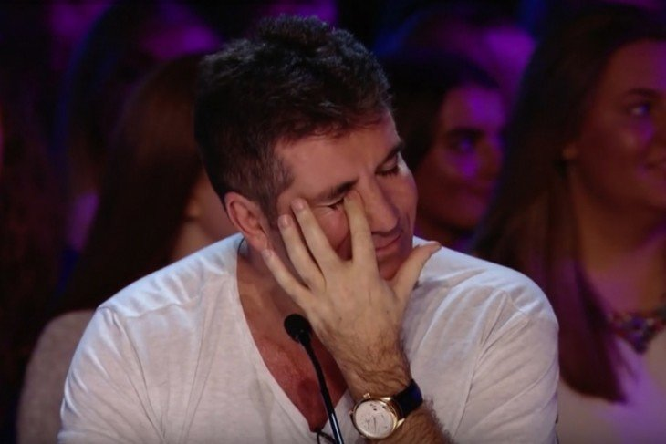 simon Cowell limpiando una lágrima de su ojo tras una audición en Factor X