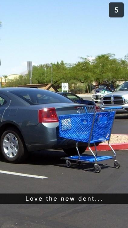 un carro de super estacionado justo detrás de un automóvil