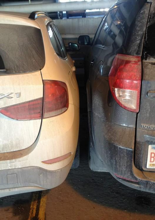 Dos carros estacionados juntos en un estacionamiento