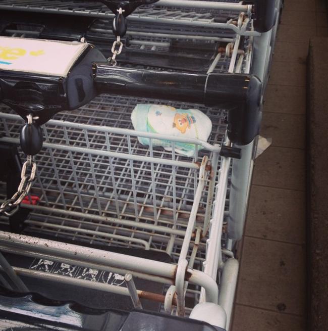 Carros de super apilados con un pañal de bebé sucio en medio