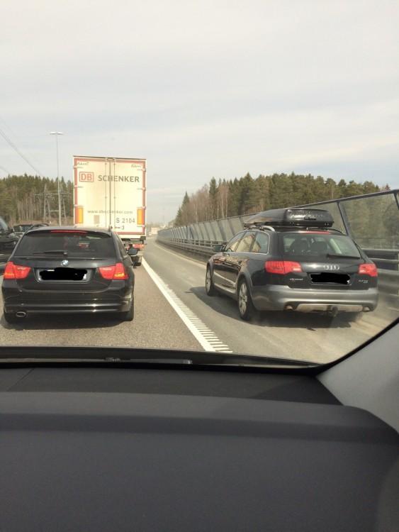 fotografía de un carro rrebasando por un lado a una fila de autos